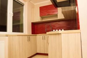 kuchyna s cervenou farbou